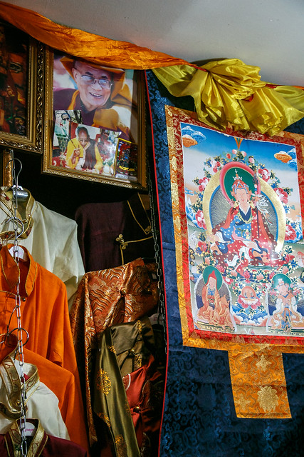 portrait of the 14th dalai lama and a thangka at a shop in eastern tibet とある服屋に飾ってあったダライ・ラマ14世の写真とタンカ