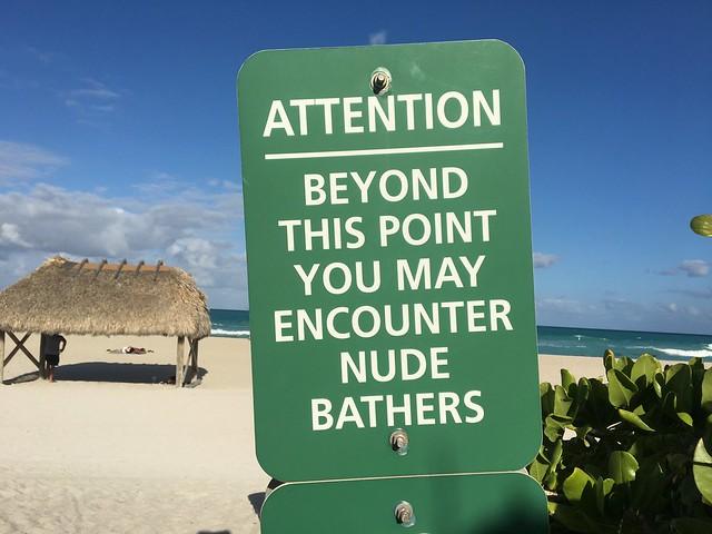 ここからヌーディストビーチですよの看板