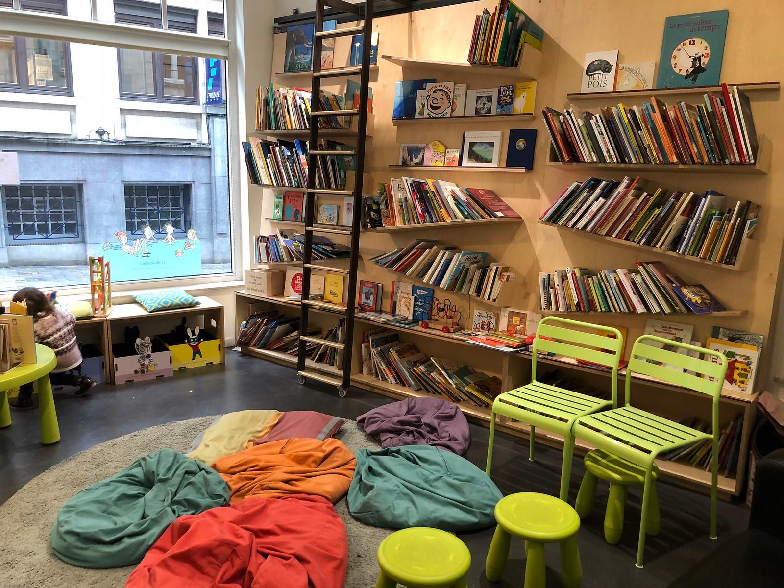 La sala trasera, repleta de libros y juegos para alegría de los más pequeños