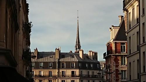 Là bas, au loin,  Notre-Dame...