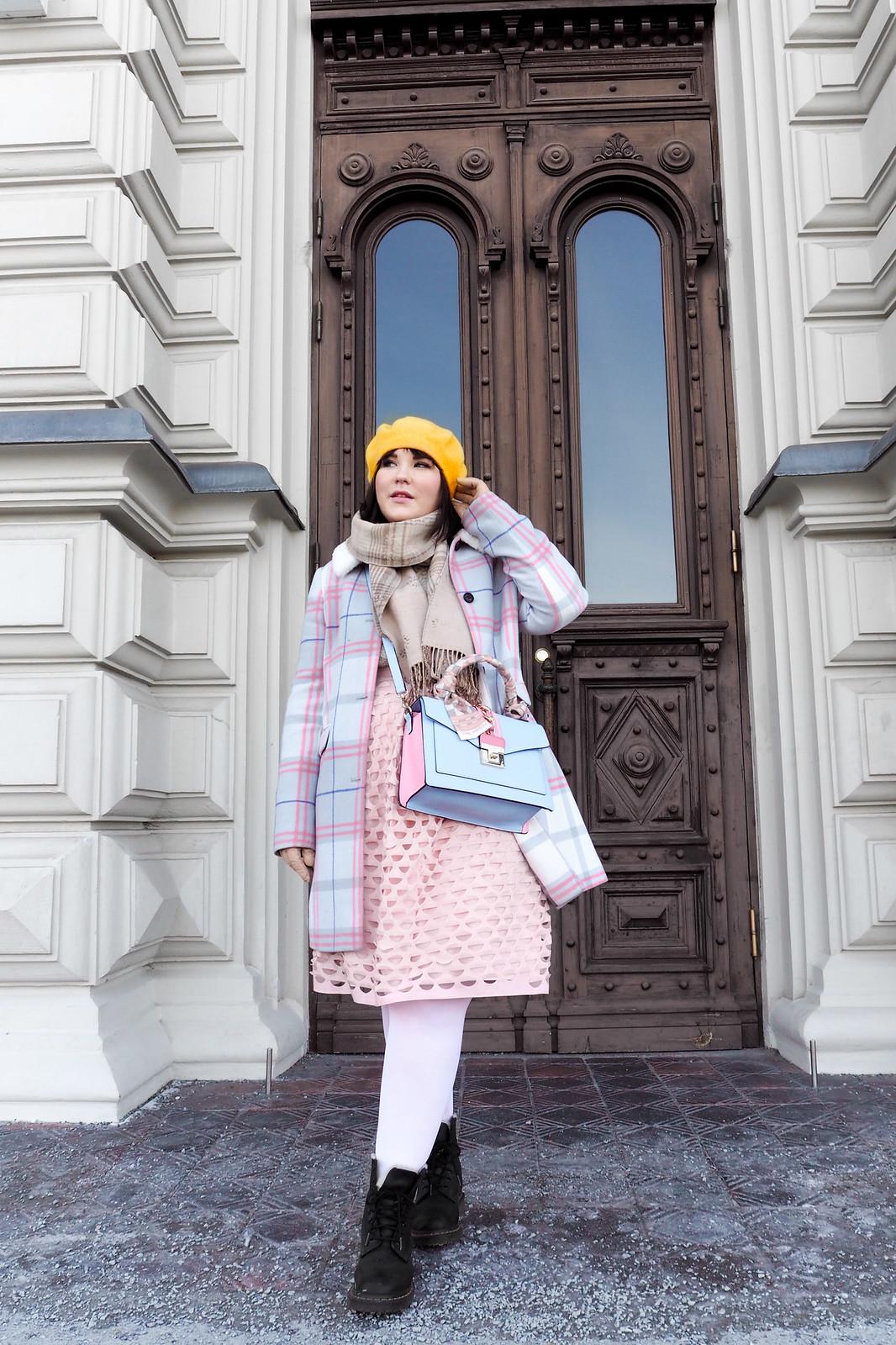 Vaaleanpunainen midihame, vaaleansininen ja -punainen laukku, pastellinen asu-13