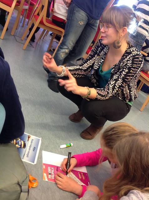Työpaja kirjastossa. Kuva: Heliminna Hakala, 2016. Alkuperäinen teksti kuvineen kirjaston sivuilla: http://my.kirjasto.ws/kevaan-kutkuttavat-vastamainokset/