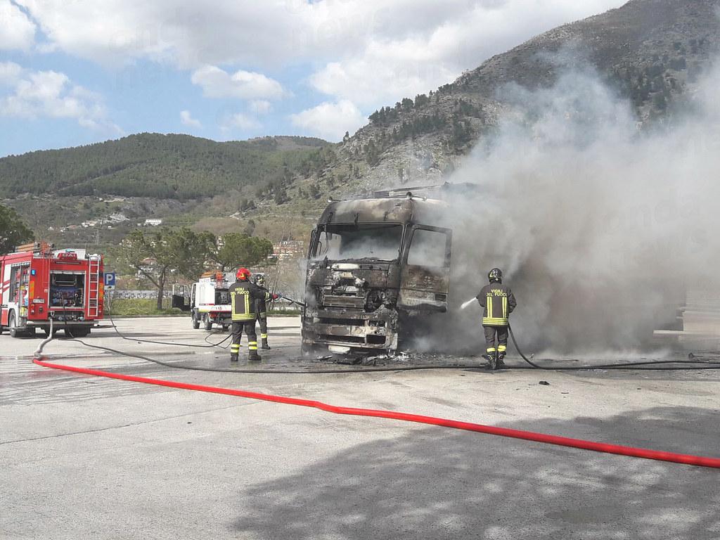 Incendio camion fiamme su a2 sala c.