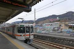「まつだ桜まつり」が開催される西平畑公園は松田駅より徒歩10分ほど。ホームから見える山の斜面にある
