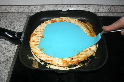 28 - Quesadilal von beiden Seiten anbraten / Fry quesadilla from both sides