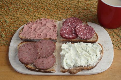 Feine Leberwurst vom Rind, Lammsalami, schnittfeste Leberwurst vom Schwein und Kräuterfrischkäse auf Münsterländer Stuten