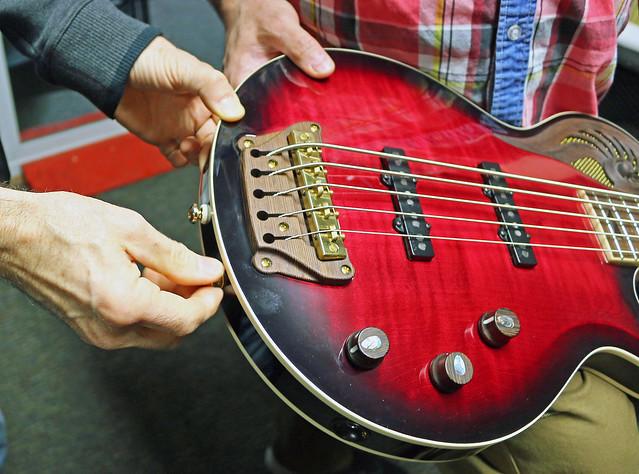 Universum Guitars  - red Epsilon Bass (5)