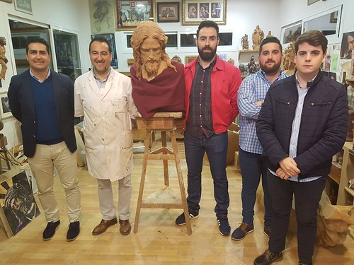 La Agrupación del Prendimiento visita el taller de Navarro Arteaga y la talla de Jesús del Prendimiento