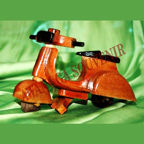 miniatur kayu vespa 1