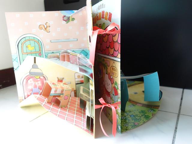 用書側的絲帶綁起來就可以讓場景組打開來@小豬乖乖的立體花園遊戲屋