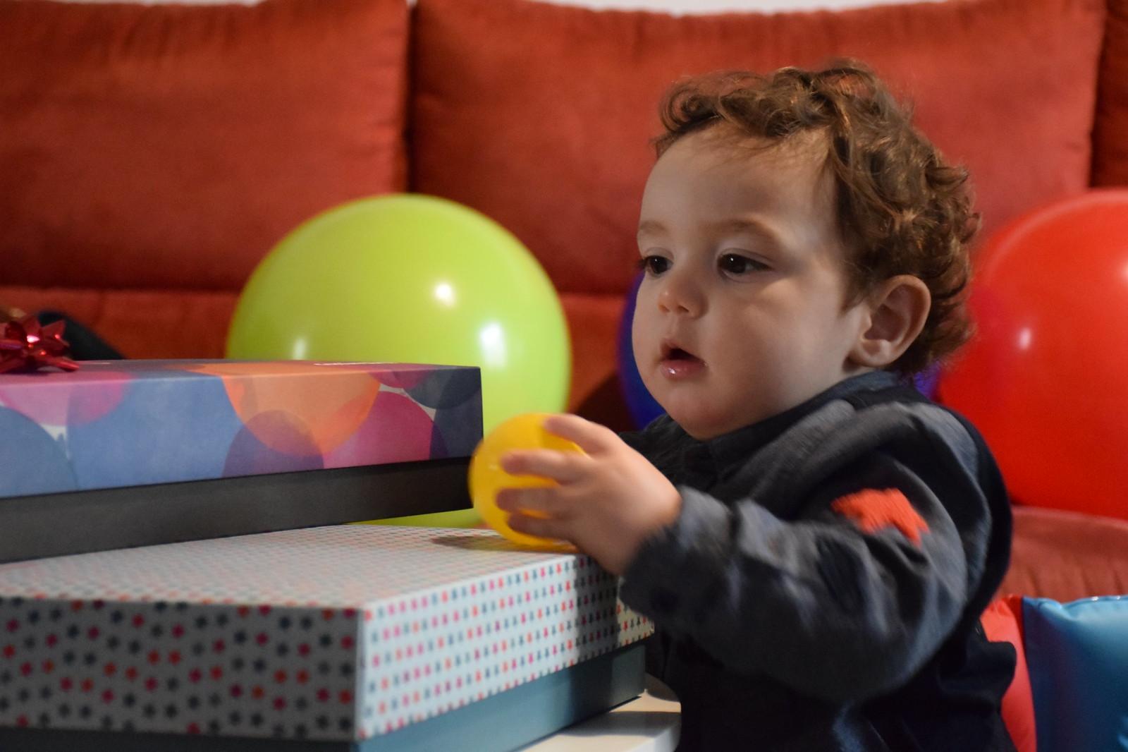 Abriendo sus regalos de cumpleaños