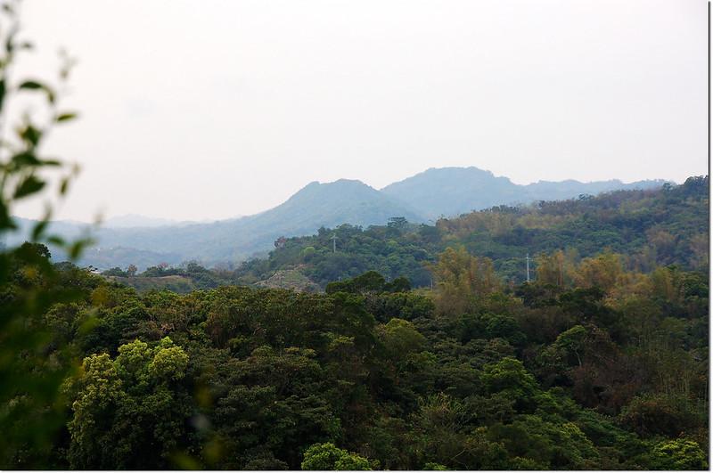 三重溪山南眺滴水山(右)