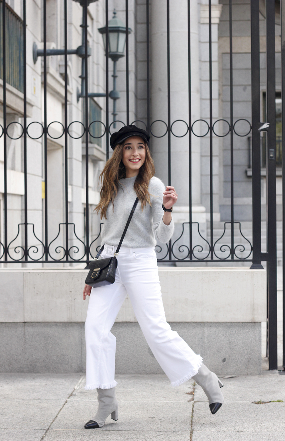 white jeans frayed hem jeans uterqüe bicolor boots gray sweater givenchy bag outfit07