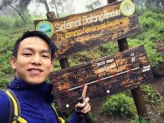 持續熱帶雨濕身上陣,風一吹冷騰騰!(對啊~等到天兒都亮了⋯⋯到底我看見了什麼呢?) 【浪遊旅人】https://ift.tt/1zmJ36B #backpackerjim #:volcano: #hiking #trekking #climbing #lava #adventure #merapi #mountain #volcano #gunungmerapi #yogyakarta #indonesia