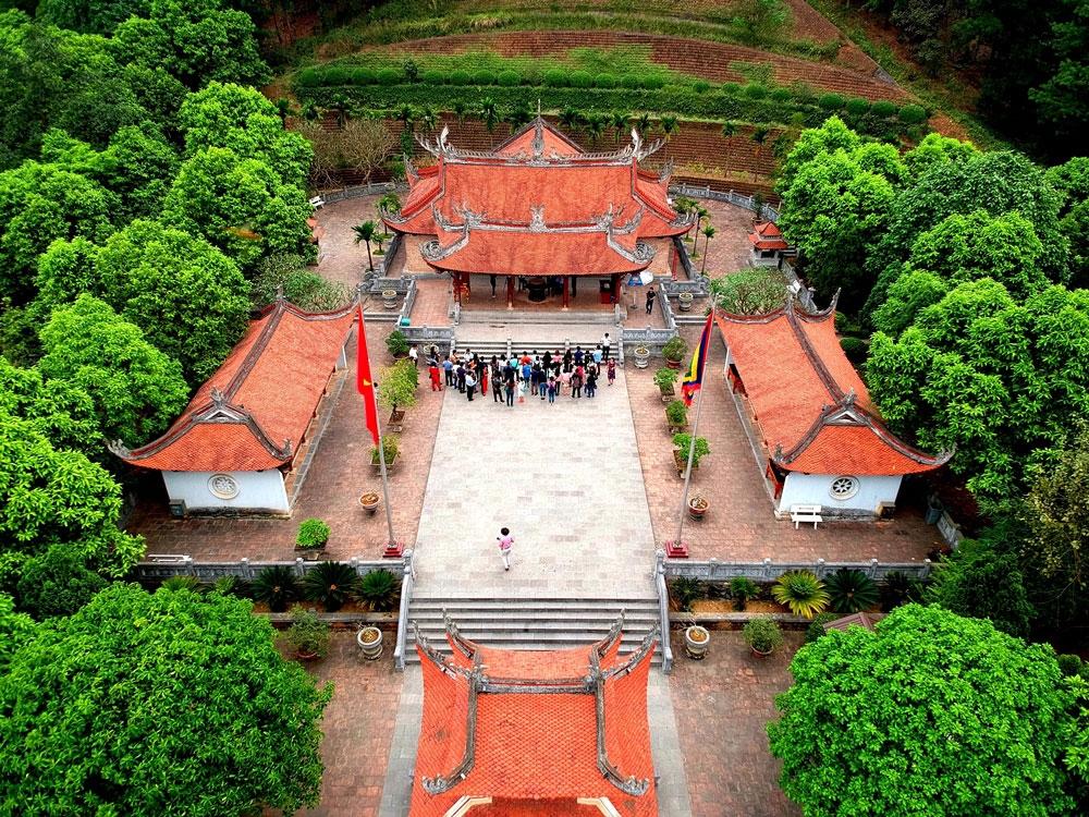 Mái đền chính và các hạng mục khác được lợp bằng ngói mũi hài.