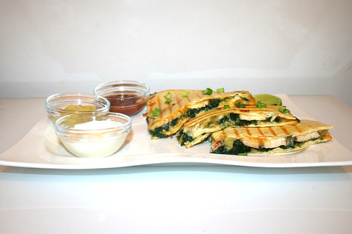 31 - Spinach Quesadilla with chicken - Side view / Spinat-Quesadilla mit Hähnchen - Seitenansicht
