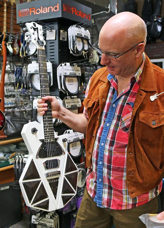 Universum Guitars  - z Sofia Limited (1)