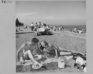 Kathleen Hart and Dave Phipps sunbathing on the beach at Point Pelee National Park, Ontario / Kathleen Hart et Dave Phipps prennent un bain de soleil sur la plage dans le parc national de la Pointe-Pelée (Ontario)