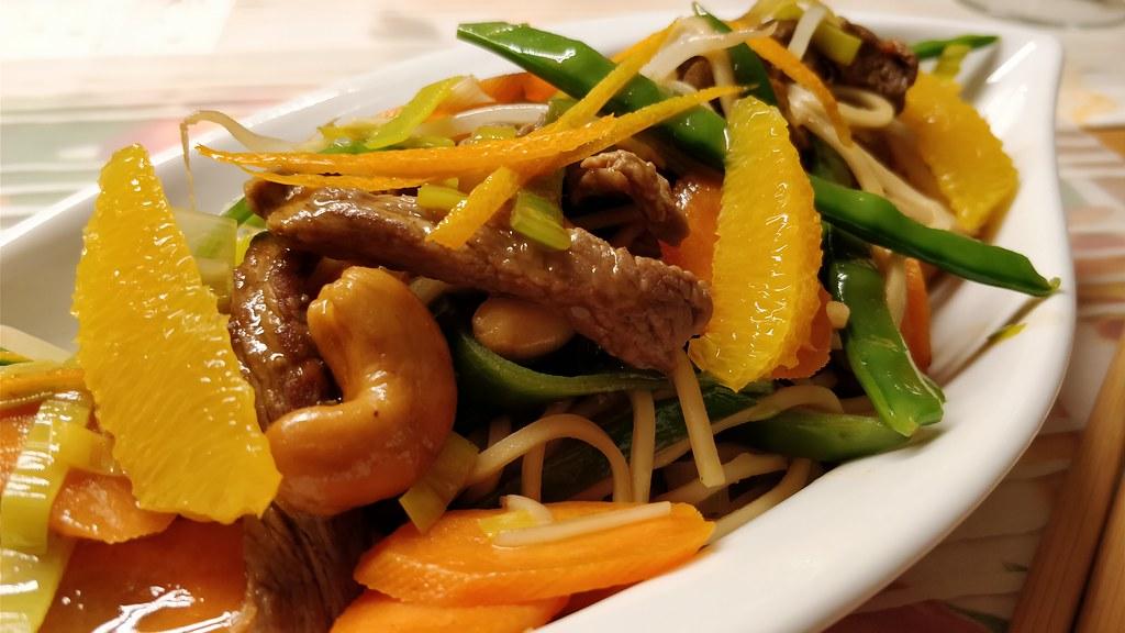 Teriyaki-Rindfleisch-Wok mit Mie-Nudeln und Orangen