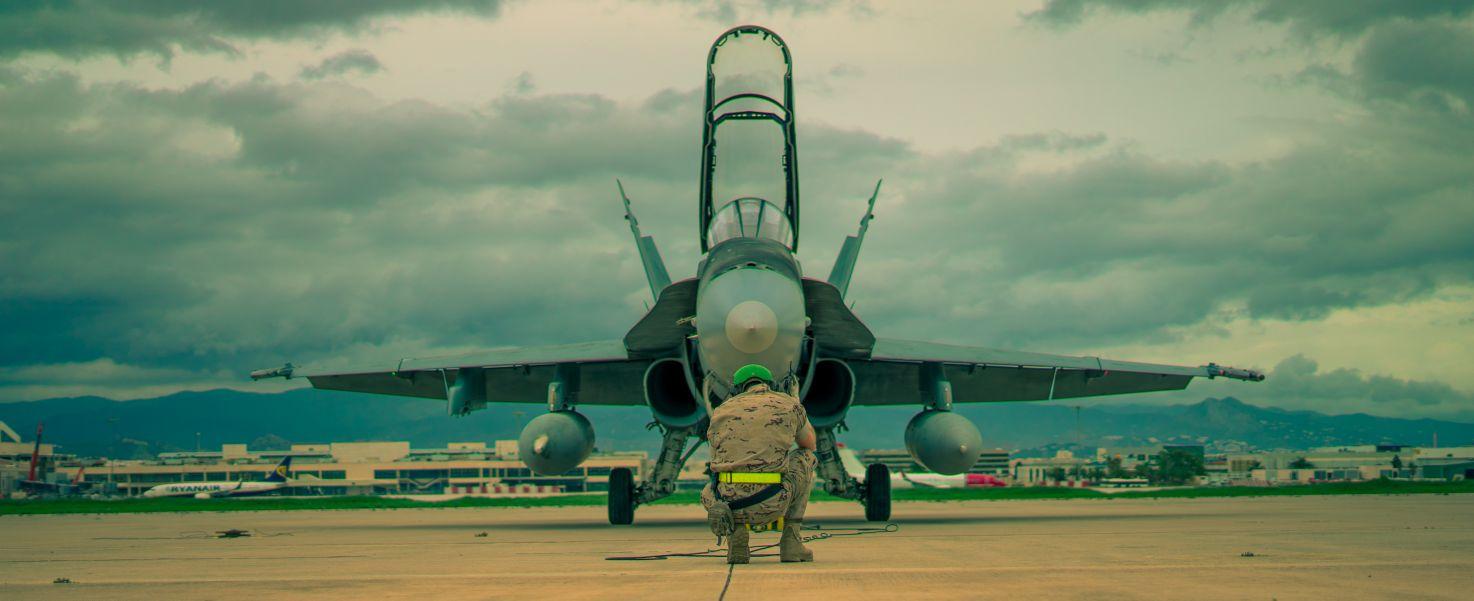 Un caza F-18 preparado para el vuelo en la Base Aérea de Málaga