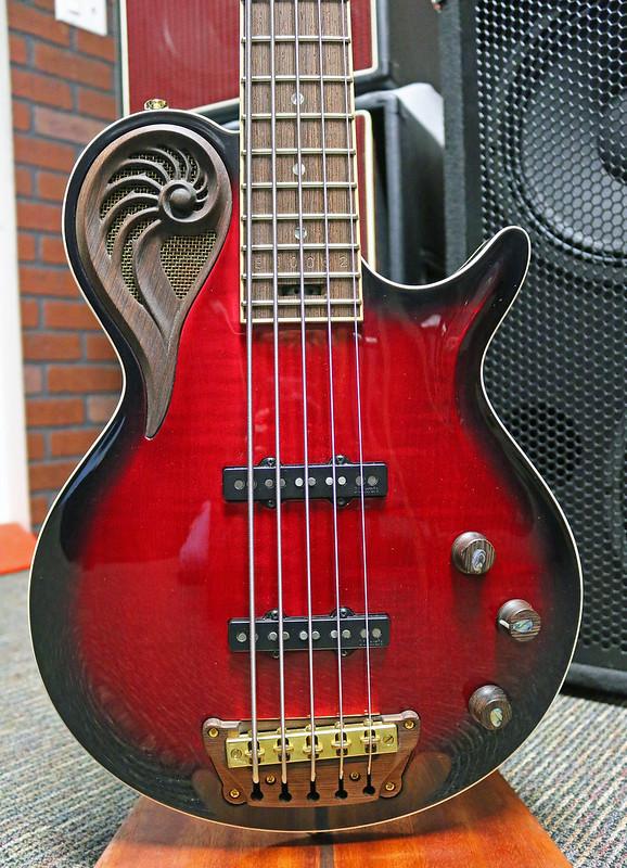 Universum Guitars  - red Epsilon Bass (2)