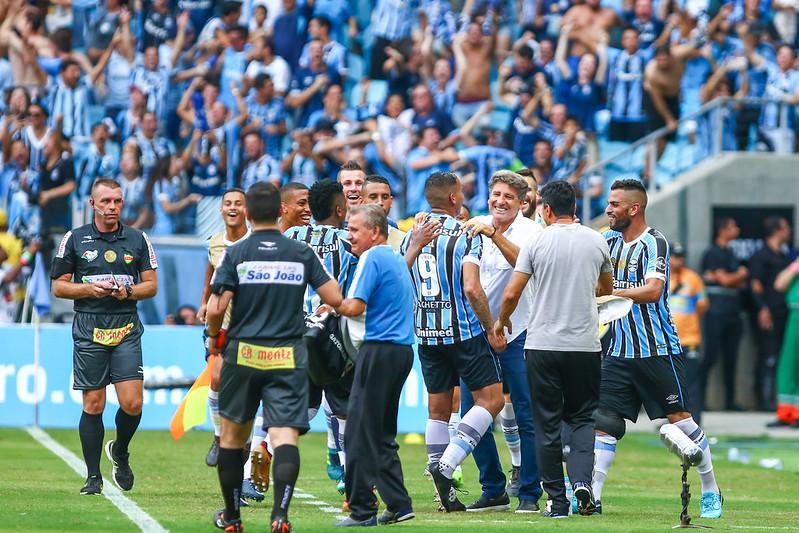 Jael correu para abraço de quem sempre acreditou nele (Foto  Lucas Uebel  Grêmio FBPA) 11c6ec92b9c26
