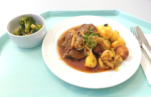 Lumberjack steak with braised onions & roast potatoes / Holzfällersteak mit Schmorzwiebeln & Röstkartoffel