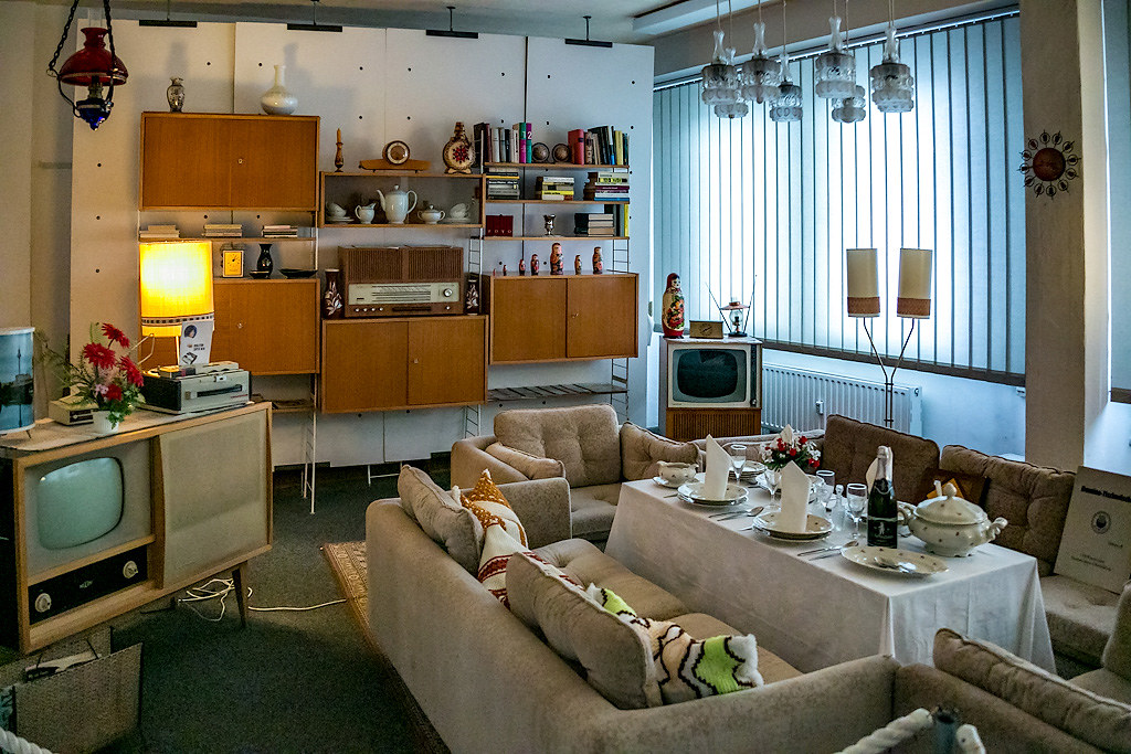 Советский интерьер в немецком стиле чтобы, можно, города, имеется, которой, годов, гостиная, раковину, очень, своими, интерьера, большой, социализма, обставлена, комната, музее, угловой, полках, советских, кухне