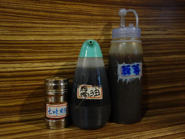 桌上的調味料:七味粉、醬油、蒜蓉@桃園宇都宮餃子