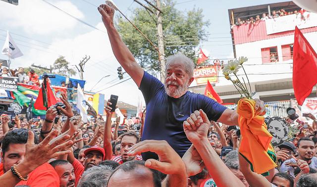 Lula es cargado en hombros por sus seguidores después de su discurso en São Bernardo, este sábado (7)  - Créditos: Ricardo Stuckert