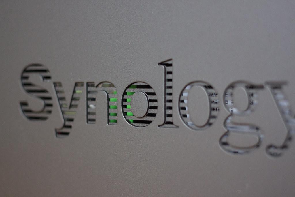 Synology DS118 サイドパネルのロゴはスリッドになっている