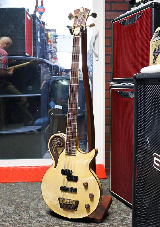 Universum Guitars  - natural Epsilon Bass (3)