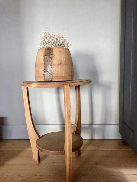 Houten tafeltje met pot