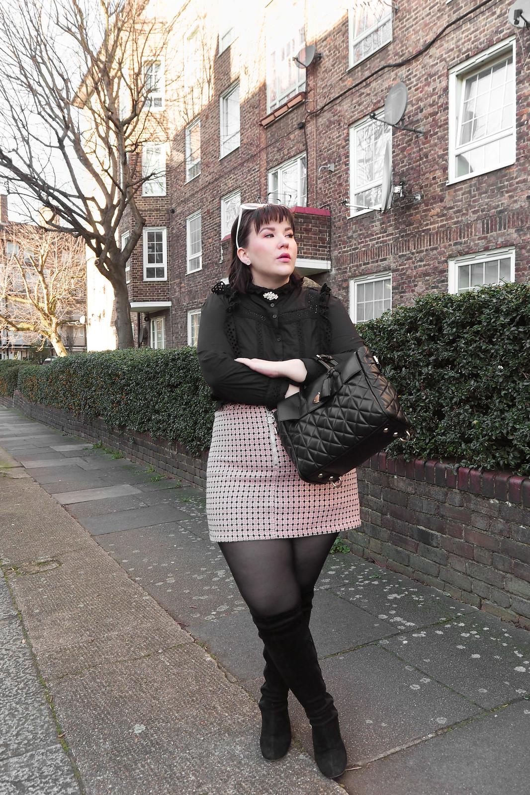 Musta pitsinen paita, vaaleanpunainen ruutuhame, 60-luvun aurinkolasit-3
