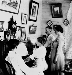 Linning and Allison Quartet practising around the piano, Baroona, 1913