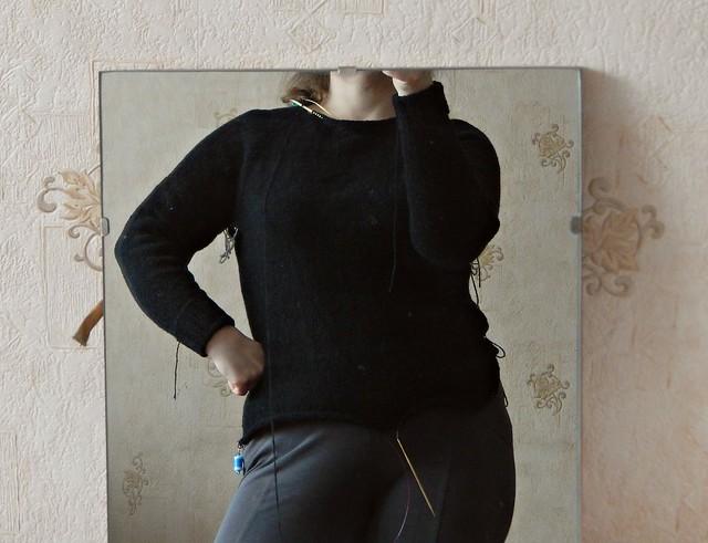 Чёрный хлопковый свитер спицами регланом снизу вверх по описанию Элизабет Циммерманн | Black cotton knitted sweater. Pattern - Elizabeth Zimmermann's bottom-up raglan from Knitter's Workshop | HoroshoGromko.ru
