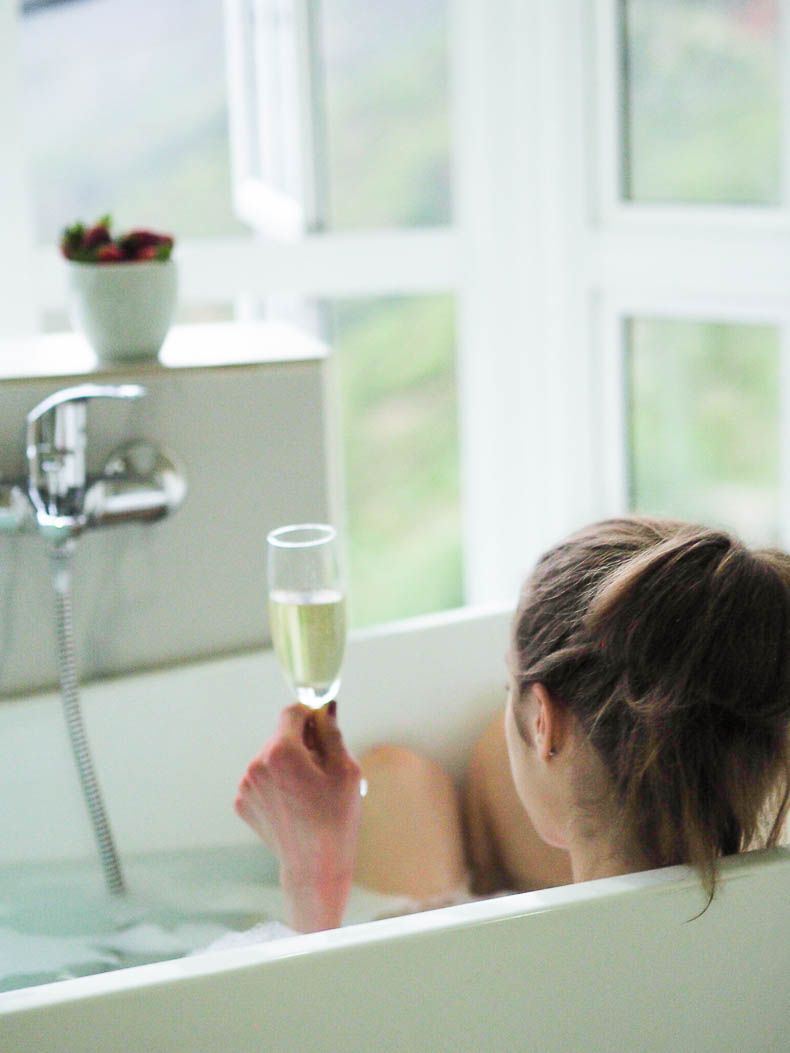 bubble-bath-white-bathroom-prosecco