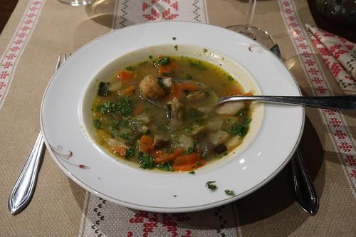 Fischsuppe mit Zander, Dorsch, Krebsfleisch und Wurzelgemüse (Inhalt leicht angehoben)