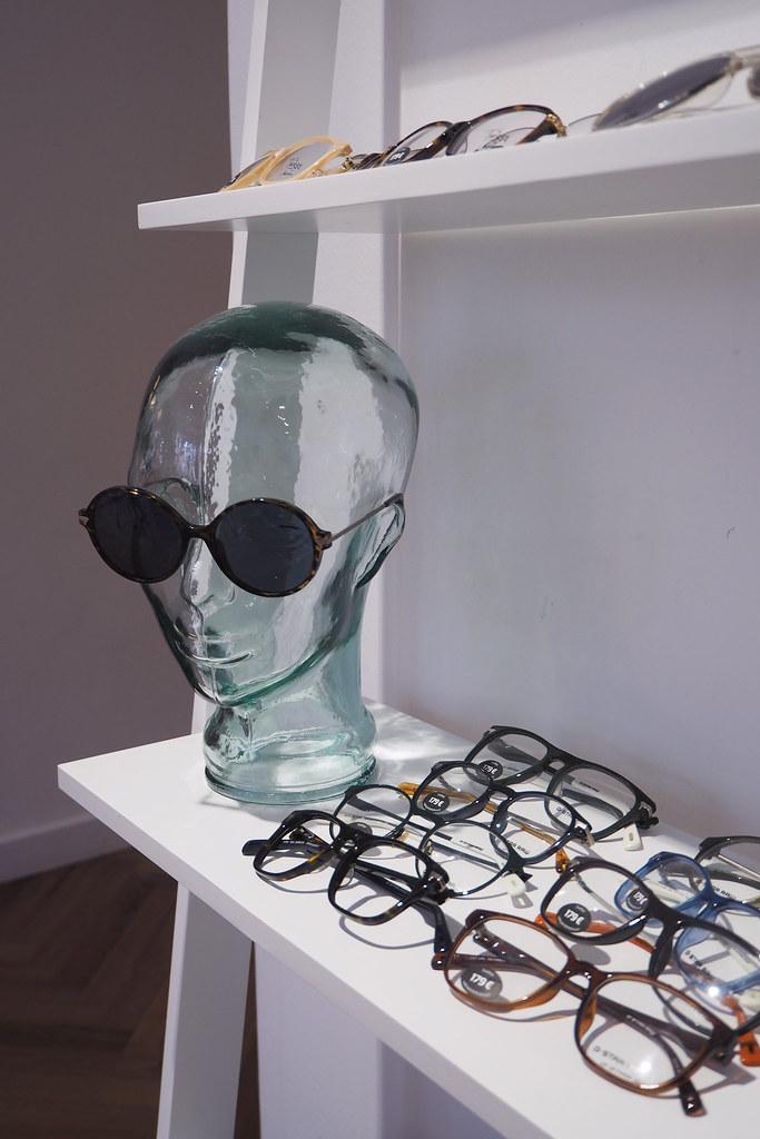 pr-toimistolla aurinko- ja silmälasit