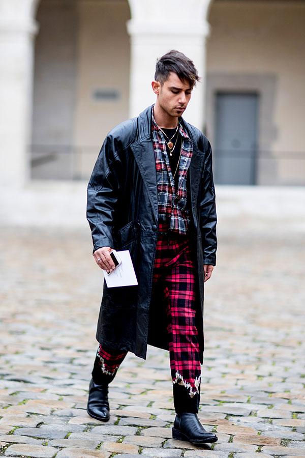 黒レザーコート×チェックシャツ×赤チェックパンツ×黒ブーツ