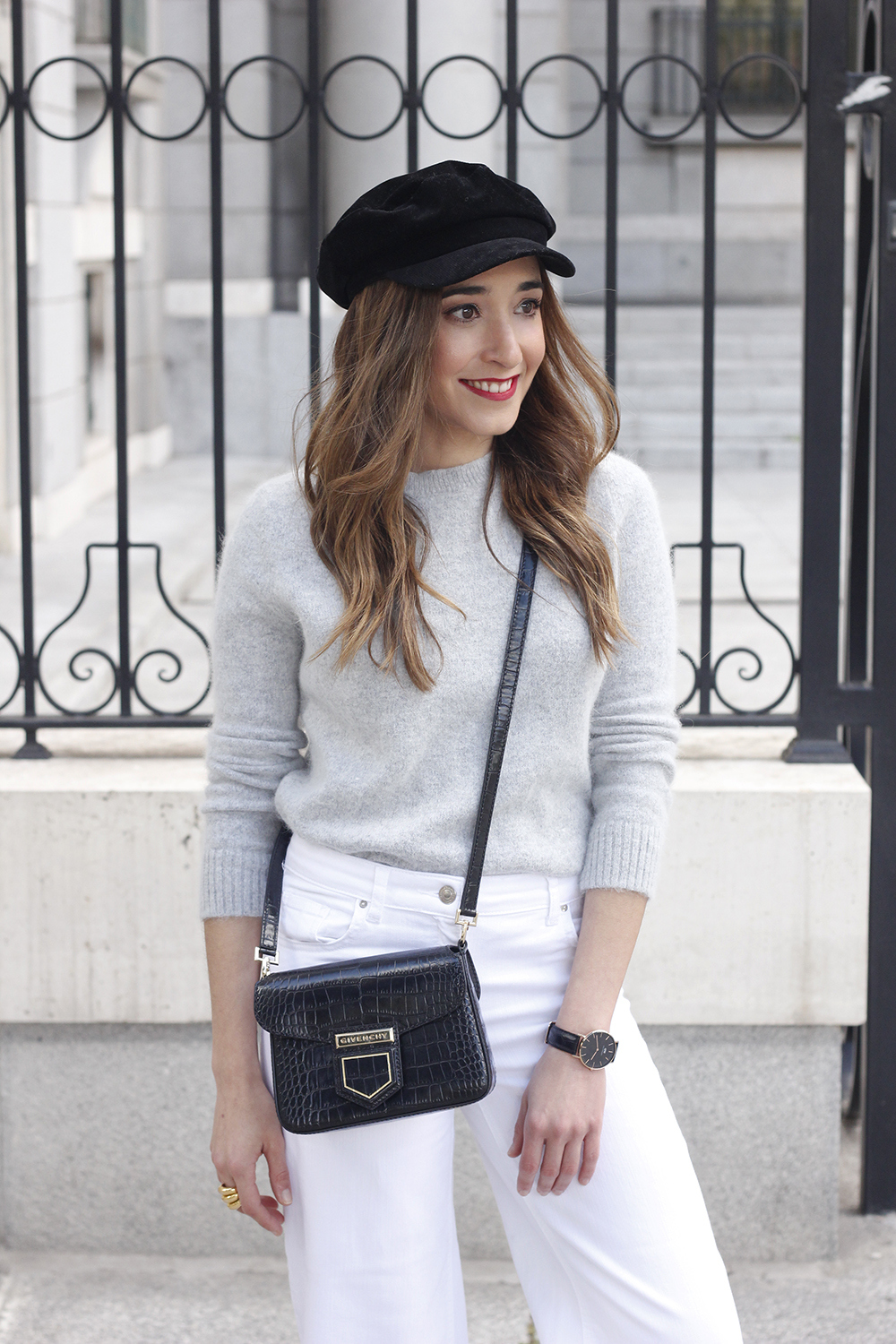 white jeans frayed hem jeans uterqüe bicolor boots gray sweater givenchy bag outfit01