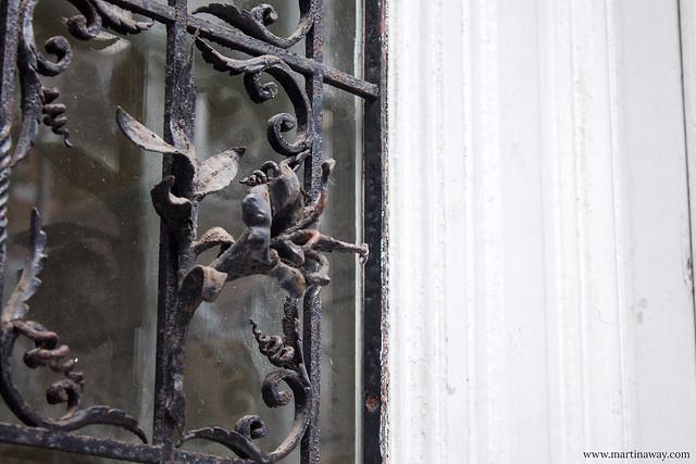 Un dettaglio su una porta di una casa