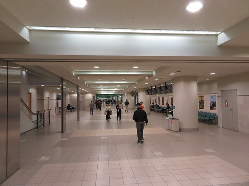 福島競馬場の1階走路寄りコンコース