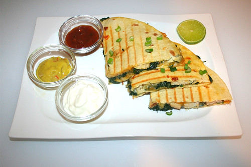 30 - Spinach Quesadilla with chicken - Served / Spinat-Quesadilla mit Hähnchen - Serviert