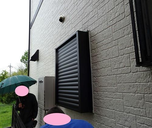 お風呂場の窓ルーバー四方枠を取り付け