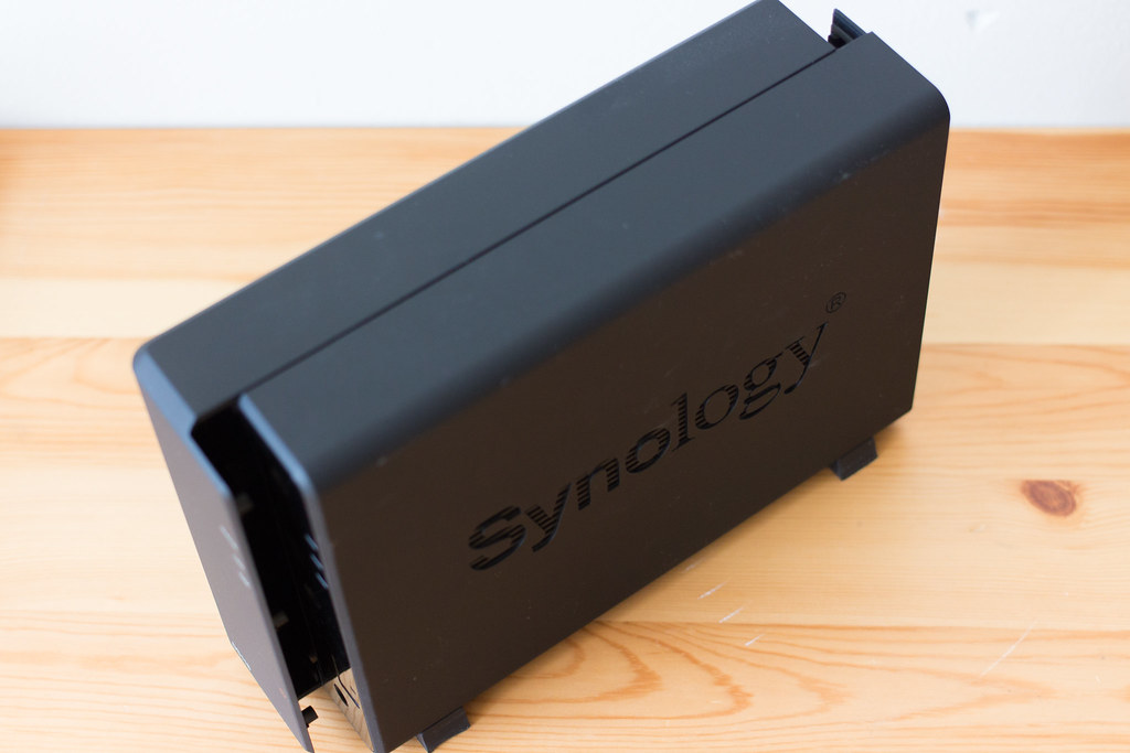Synology DS118サイドパネルを外す