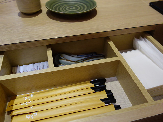 抽屜裡放了筷子、湯匙、乾濕紙巾與牙籤,讓桌面整整齊齊@桃園恆八味屋日式豬排專賣店
