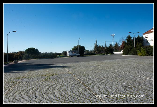 Een lege parkeerplaats