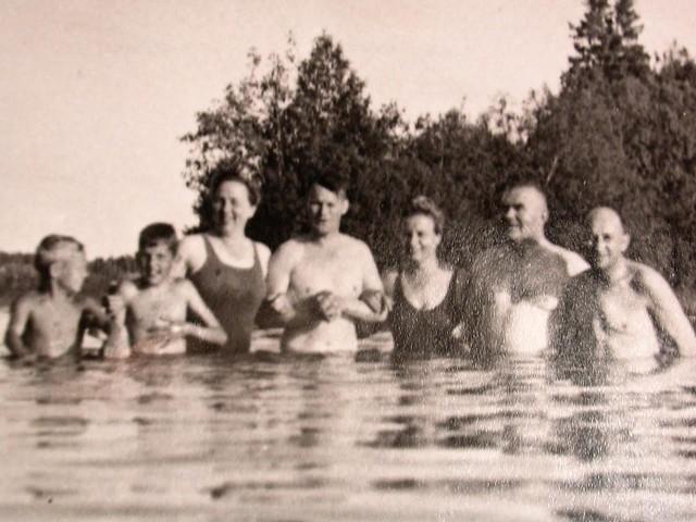 1951 iisalmelaisia uimassa Pänninsaaren hiekkarannalla