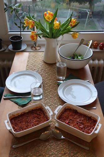 Kritharaki-Auflauf mit gemischtem Blattsalat (Tischbild)